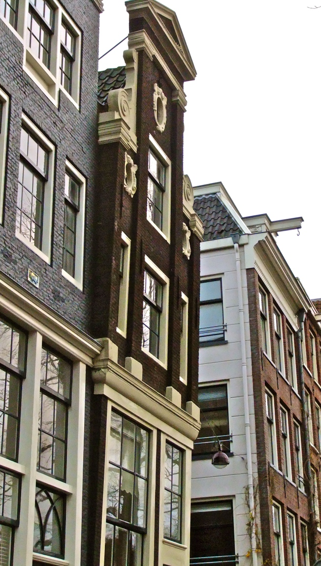 leaning building amsterdam